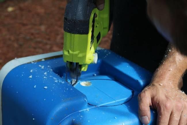 Cắt lỗ trên thùng cho ống nhựa