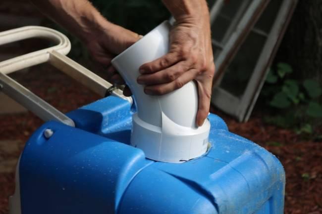 Lắp ống nhựa vào thùng