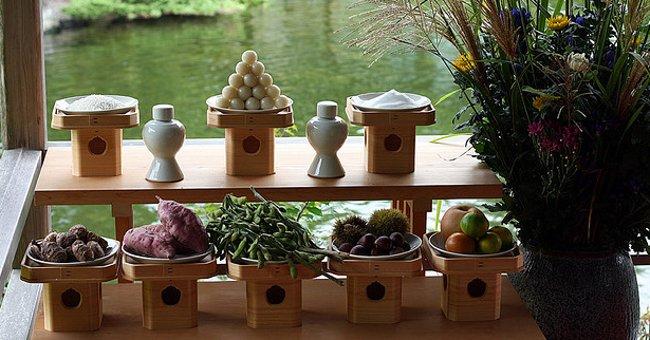 Bánh Tsukimi-Dango được xếp thành hình tam giác