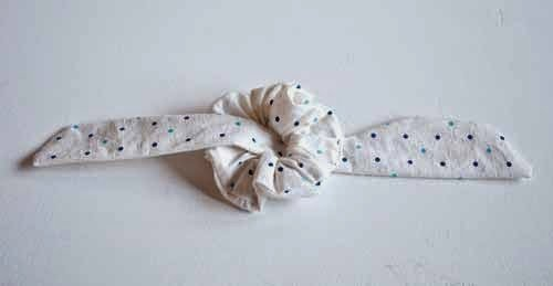 Insert the ribbon inside the elastic and tie it
