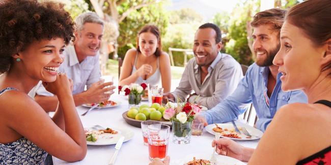 Khi ăn nên chú ý quan sát mọi người xung quanh