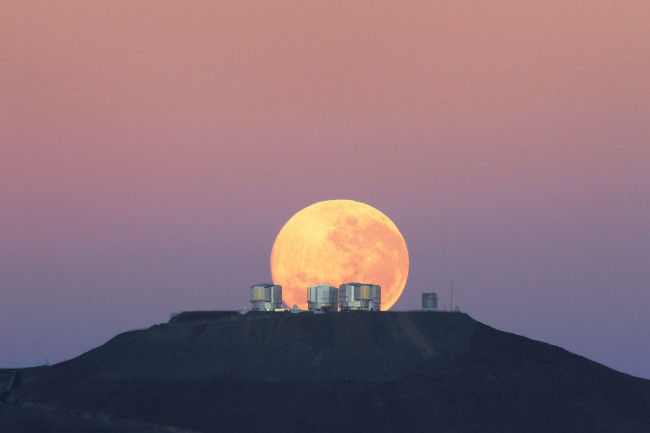 """Mặt trăng """"không tròn"""""""