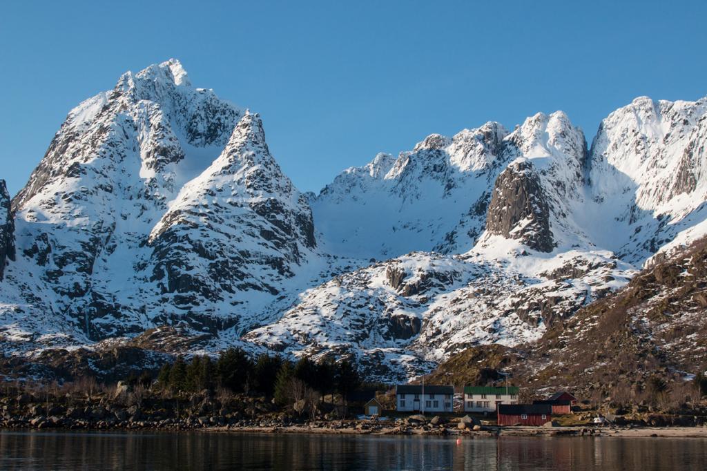 Những ngọn núi như thúc giục chúng ta trèo lên khám phá