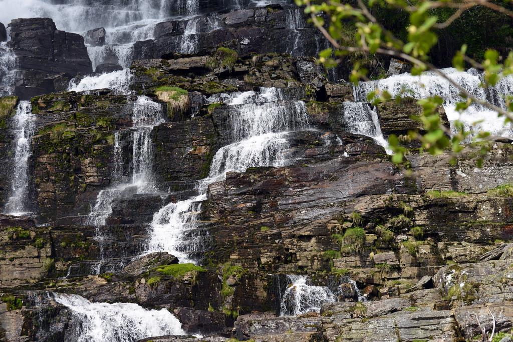Những mỏm đá và thác nước đẹp như tranh vẽ