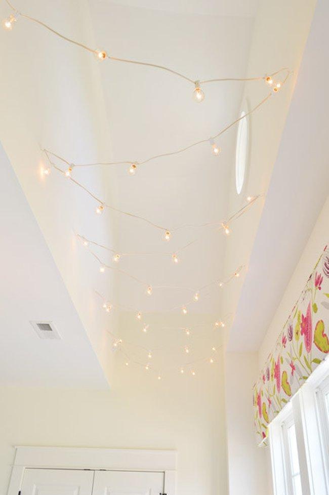 Treo đèn theo hình zic zac ở hành lang để mang lại ánh sáng cho nơi thường bị bỏ quên này
