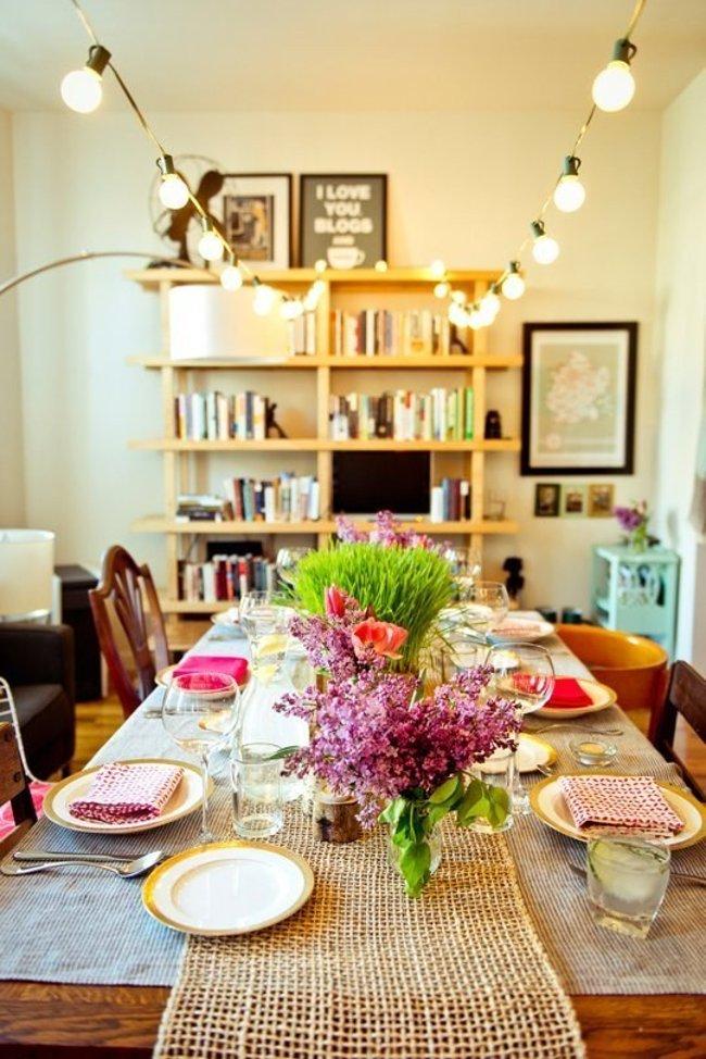 Tắt đèn trần hoặc đèn chùm và thay vào đó là treo chuỗi đèn này lên phía trên khu vực bàn ăn để có thể cung cấp đủ ánh sáng thưởng thức bữa ăn ấm cúng bên cạnh những người thân yêu của bạn