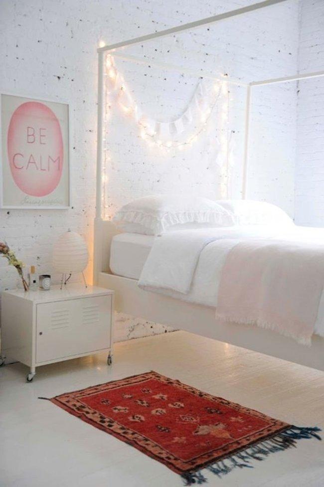 Bạn cũng có thể treo sợi dây đèn dọc theo khung giường ngủ, mang lại tâm trạng êm ái