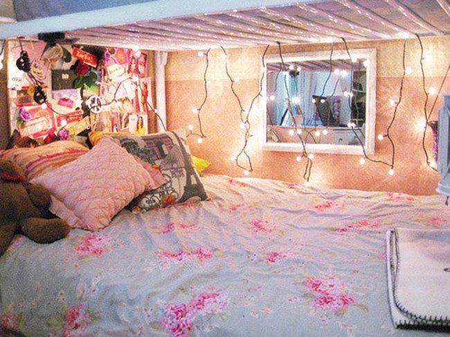 Và nếu bạn ở một chiếc giường bên dưới trong ký túc xá, hãy treo dây đèn LED lên trên thành để thêm phần ấm cúng cho căn phòng
