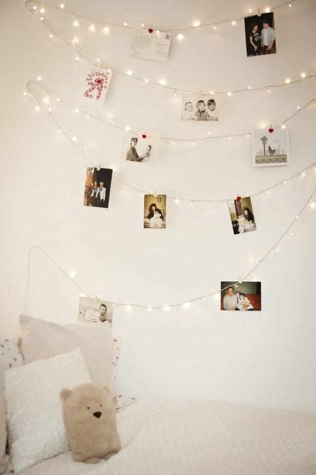Nếu muốn kết hợp làm khung treo ảnh, chỉ cần kẹp những bức ảnh của bạn lên sợi dây đèn, căn phòng vừa mang lại không khí ấm cúng vừa giúp bạn nhớ lại những kỷ niệm đẹp