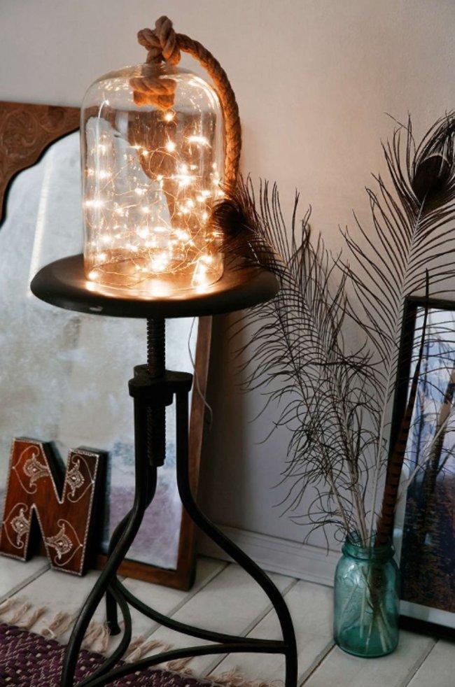 Để một sợi dây đèn chạy trong chiếc bình thủy tinh trong suốt làm một chiếc đèn ngủ nghệ thuật thì sao nhỉ?