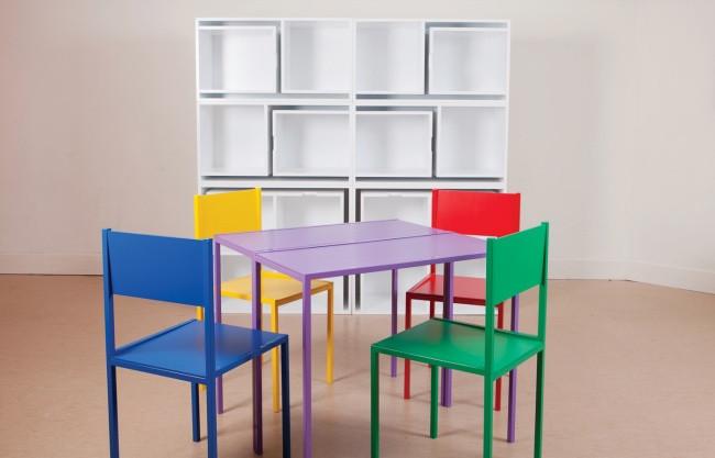Bàn ghế có thể xếp gọn vào cùng giá sách
