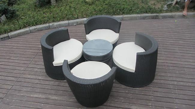 Bàn và ghế được xếp chồng lên nhau