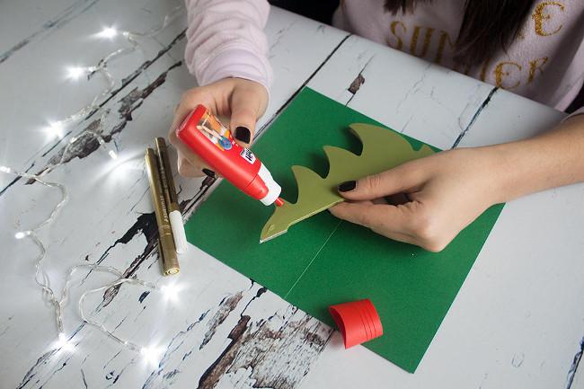 Dán cây thông lên tấm giấy bìa làm thiệp