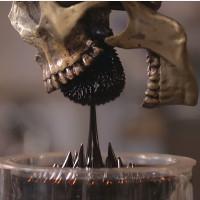 """Kinh hãi xem chất lỏng màu đen ghê rợn tự """"chui"""" vào miệng đầu lâu"""