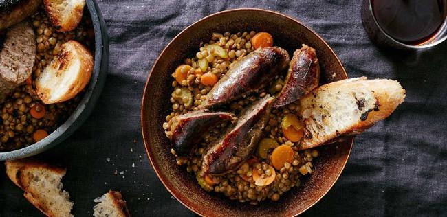 Ở Italy, người dân thường thưởng thức xúc xích và đậu lăng xanh sau giao thừa