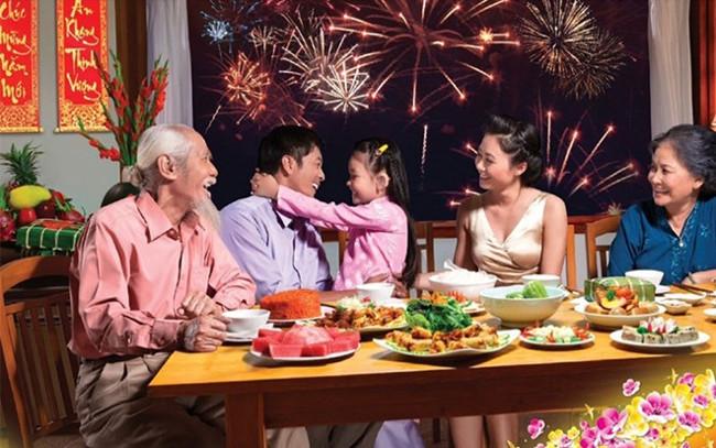 Cả gia đình cùng ăn cơm tất niên