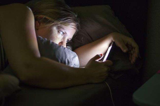 Dùng điện thoại nhiều sẽ bị thiếu ngủ