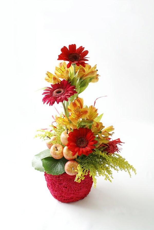 Giỏ hoa và giỏ trái cây thành một
