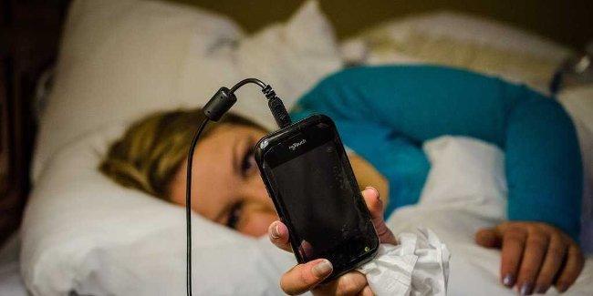 Để điện thoại ngay cạnh đầu giường