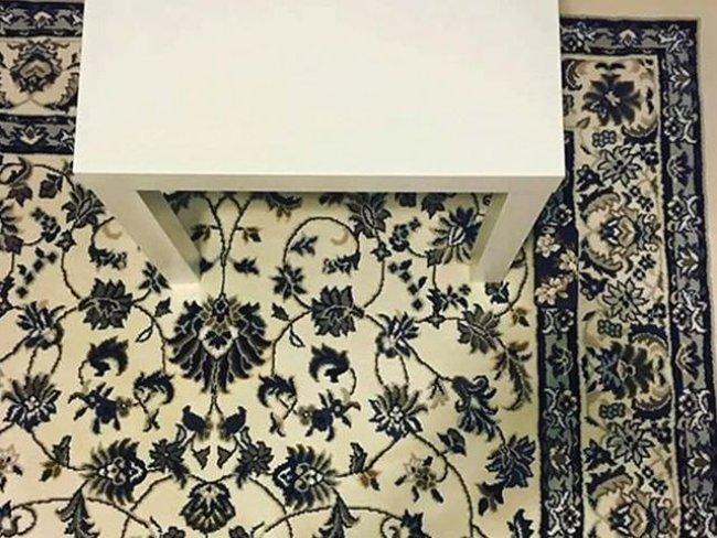 Bạn có nhìn thấy chiếc điện thoại trên thảm không?