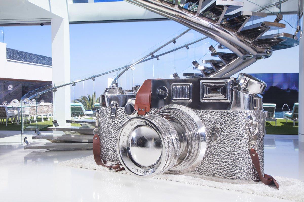Bức điêu khắc chiếc máy ảnh Leica
