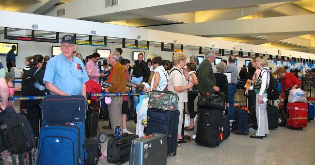 Kết quả hình ảnh cho vali du lịch ở sân bay