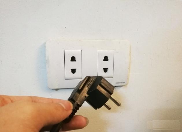 Không nên rút phích cắm ra khỏi ổ điện khi vừa tắt bếp