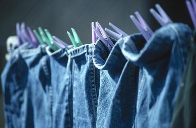Phơi quần áo bằng móc và phơi ngược