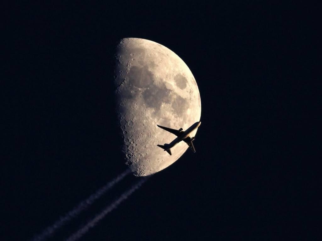Bay qua mặt trăng