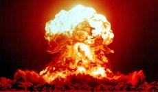 """Các nhà khoa học đã """"ném"""" thử bom nguyên tử vào bia, soda và uống chúng"""