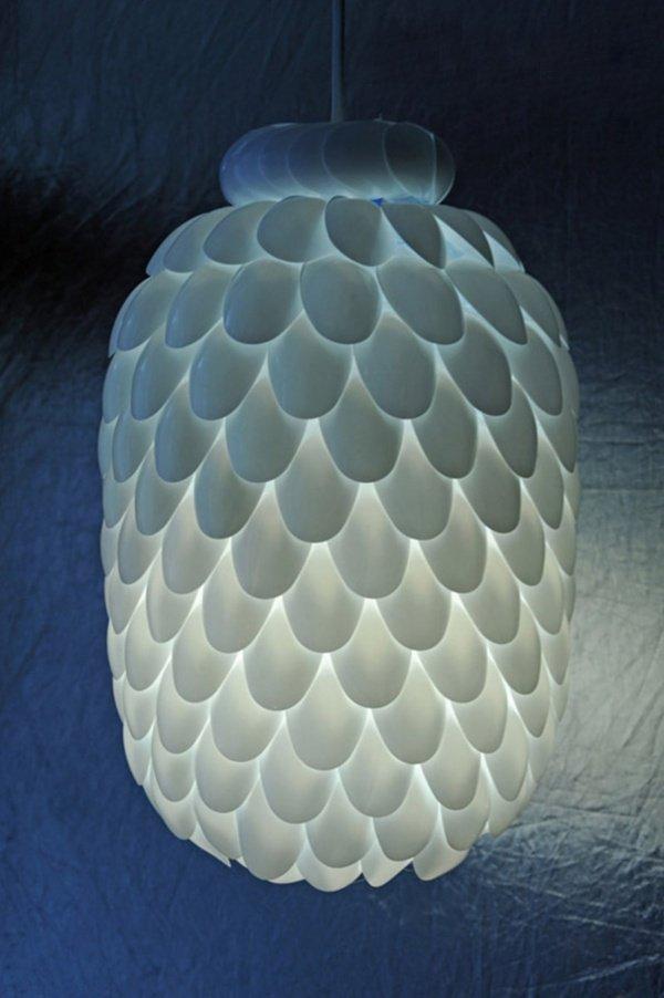Dùng muỗng nhựa để trang trí đèn