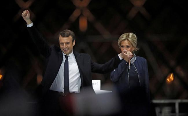 Khoảnh khắc lãng mạn của vợ chồng tân Tổng thống Pháp