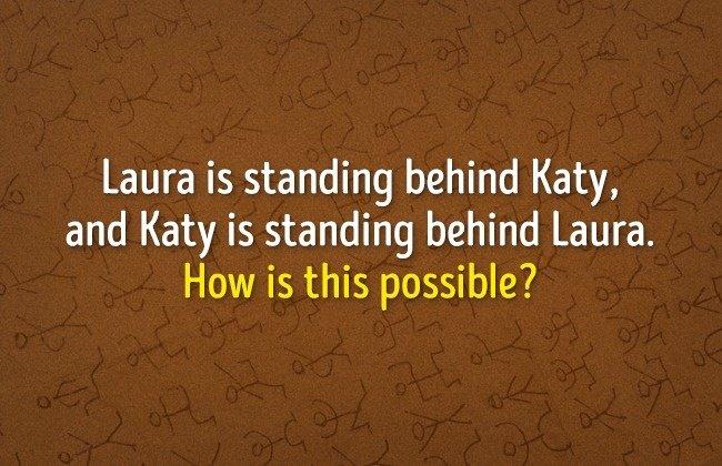 Laura đứng sau lưng Katy, Katy cũng đứng sau lưng Laura. Tại sao lại vậy?