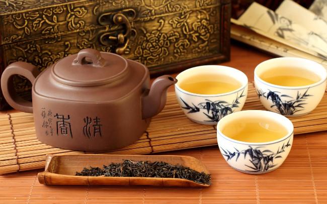 Bộ chén uống trà với đường nét hoa văn tỉ mỉ