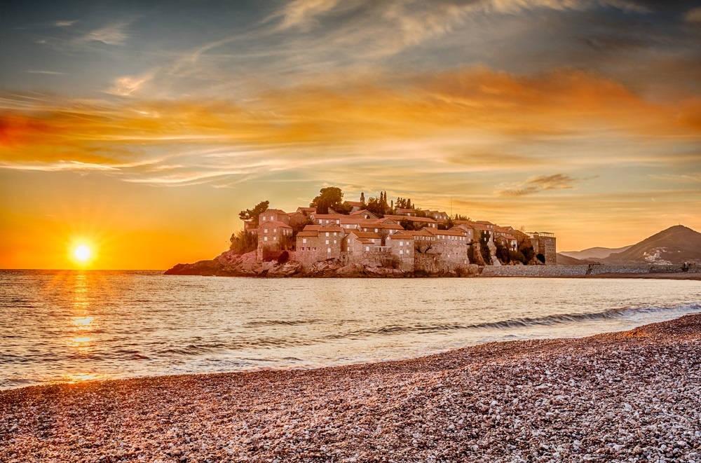 Khách sạn trên đảo Sveti Stefan trên bờ biển Adriatic