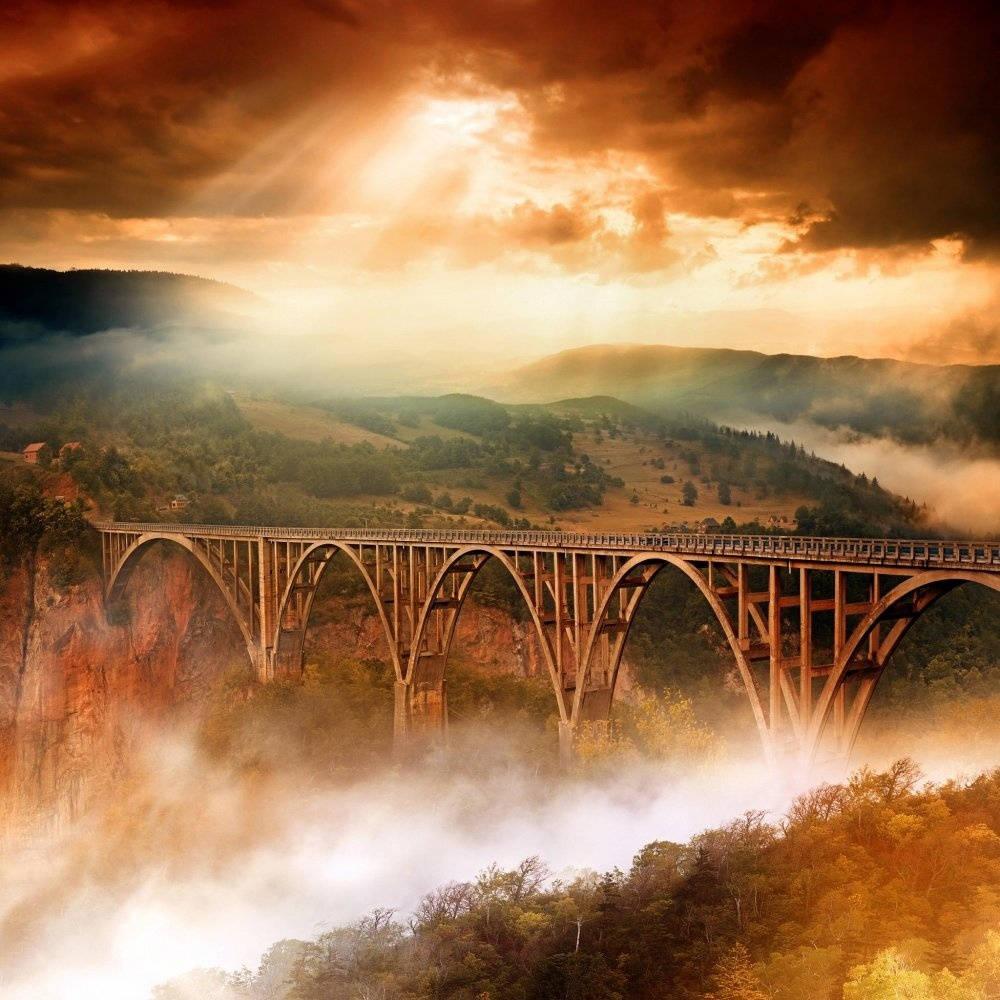 Cầu Dzhurdzhevicha Tara cao 172m bắc qua hẻm núi nơi con sông Tara chảy qua