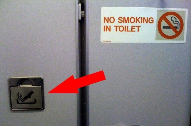 Tại sao lại có chiếc gạt tàn trong toilet trong khi hút thuốc bị cấm trên máy bay?