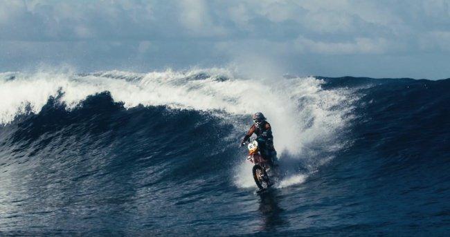 Làm thế nào mà người đàn ông này có thể lái xe trên mặt nước?
