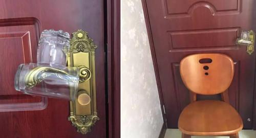 Đặt hai chiếc cốc lên tay cầm cửa