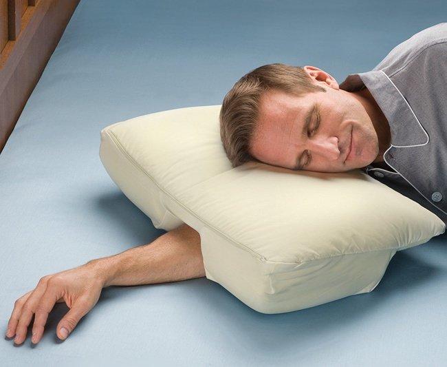 Chiếc gối êm dịu với lỗ kê tay - Memory foam pillow with arm hole