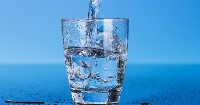 Cốc nước mà bạn vẫn uống hàng ngày có thể chứa nhiều chất độc hại như clo,  thuốc trừ sâu, Asen...