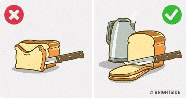 Cắt bánh mì thành những lát mỏng