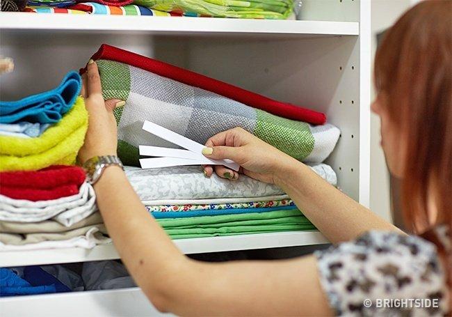 Đặt mẫu thử nước hoa vào giữa quần áo sạch để giữ mùi thơm