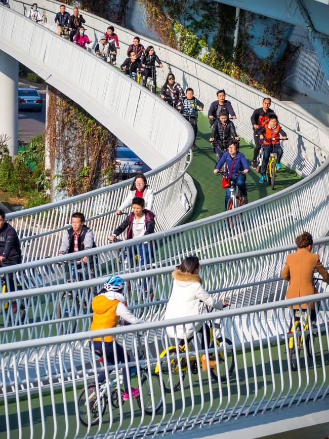 Các làn đường độc đáo này xuất hiện khắp ở thành phố, được thiết kế theo dạng xoắn ốc lớn để tăng dần độ dốc.