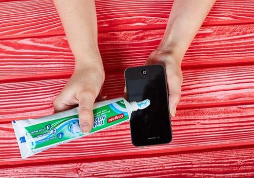Dùng kem đánh răng để làm mờ vết xước trên điện thoại