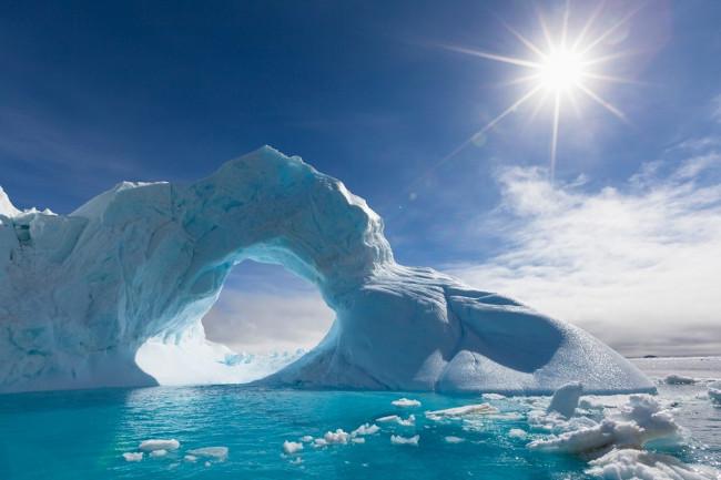 Tảng băng lớn dày 3,5km ở Greenland, Bắc Cực có tốc độ tan chảy rất nhanh vào mùa hè