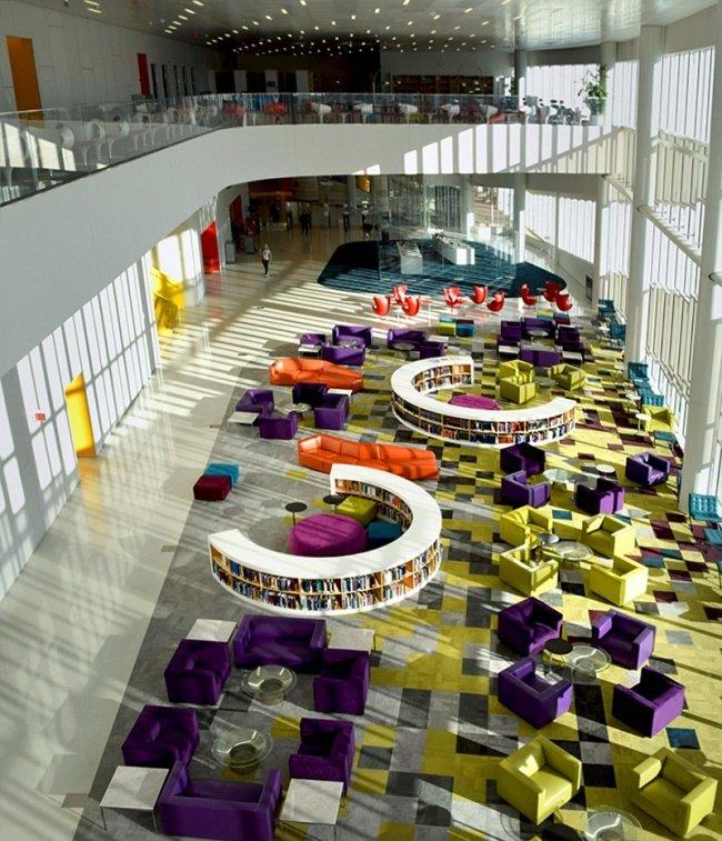 Nội thất đầy màu sắc với những chiếc ghế bành thoải mái ở thư viện hiện đại này chắc chắn sẽ khiến bạn choáng ngợp