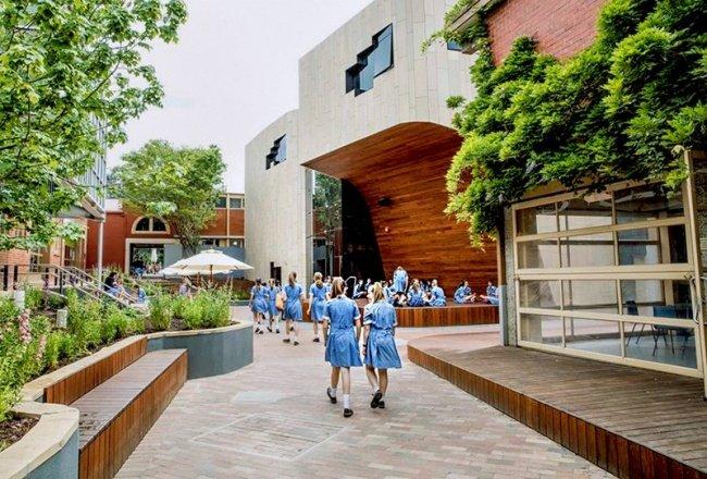 Một góc sân khấu nhỏ ở lối vào trường, nơi học sinh có thể biểu diễn hoặc tận hưởng ánh nắng mặt trời và không khí trong lành.