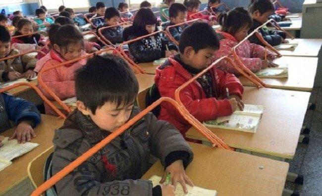 Học sinh ngồi phía sau những thanh chắn ở Vũ Hán, Trung Quốc