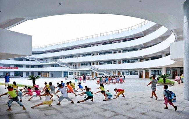 Thể dục buổi sáng ngay tại sân trường